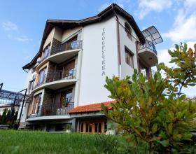 Къща за гости Троеручица е разположена на тихо и уединено място, в сърцето на Балкана. Къщата се намира в село Орешак, на 1,5 километра от Троянския манастир и на 7 километра от Троян - градът на занаятите и прочутата троянска сливова ракия.